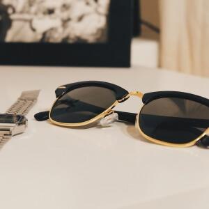 grayscale_lunettes_montre